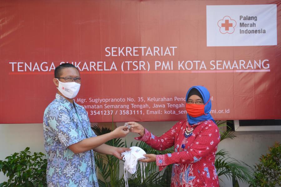 Kepala Markas Endang Puji Astuti serahkan kunci kantor sekretariat kepada Koord. TSR Wiwid Rijanto